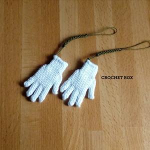 minne(ミンネ)さんより単色白の小さい手袋のストラップをお買い上げ頂きました。