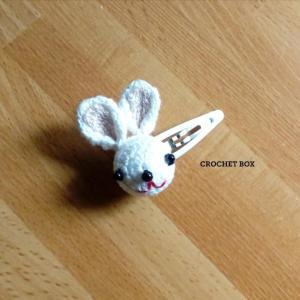 はこギャラリーさんへ再販品の編みぐるみの白ウサギさんのヘアピンが仕上がりました。