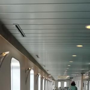 ガラガラのフェリーで小樽港へ