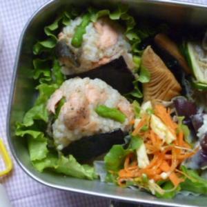 鮭とアスパラガスおむすびのお弁当