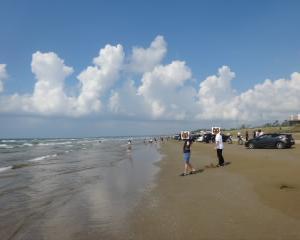 石川 千里浜なぎさドライブウェイで砂浜をドライブ