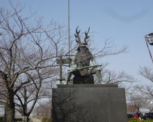 三重  本多忠勝像を車窓見物と揖斐川・長良川の間を通る道路
