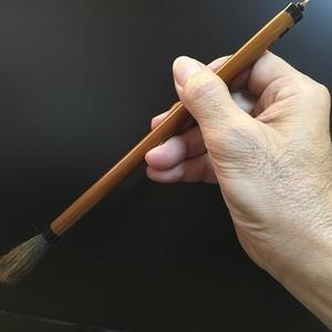 筆を持つ時の位置