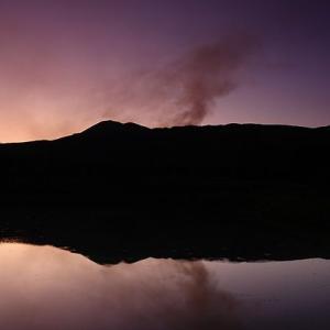 池に映る朝焼け