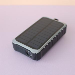 【スマホ約3回充電可能】3WAYで使える、ライト付きソーラーバッテリー(PR)