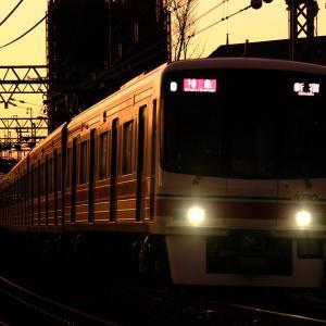 夕暮れの「特急新宿」行き