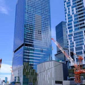 渋谷の再開発現場越しに見る山手線