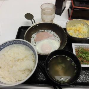 日本の朝ご飯、納豆とハムエッグ
