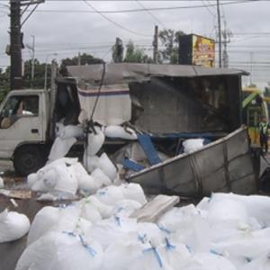 暑いフィリピンで道路上に氷が散乱