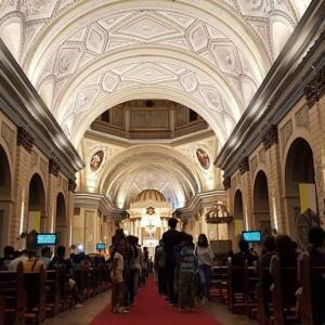クリスマスが近づく教会のミサ