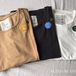 NUEVO BLANKAブローチ風刺繍Tシャツ入荷しました
