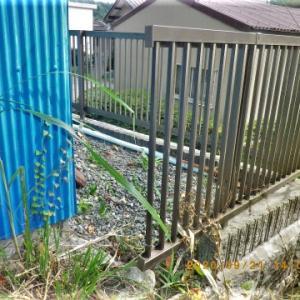 刈払い機で隣のフェンスをちょん切ってしまいました。