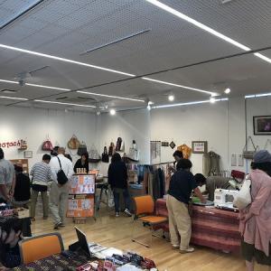 会場は笑い声がいっぱい。作家15人展はあづみ野バザール若松屋と一緒に三郷かんてんぱぱショップ安曇野店2Fで開催です。