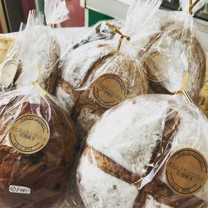 自作の石窯で焼き上げる新作当店限定販売「パン・ド・カンパーニュ」さんの石窯焼きカンパーニュ数種類。