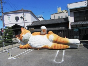 瀬戸市の猫涅槃像はマスクしてるよ♪
