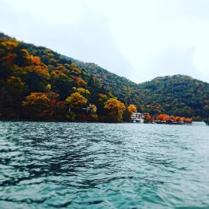紅葉真っ盛りの中禅寺湖