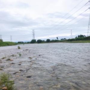 梅雨空の中箒川へ