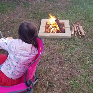 庭でキャンプファイヤー
