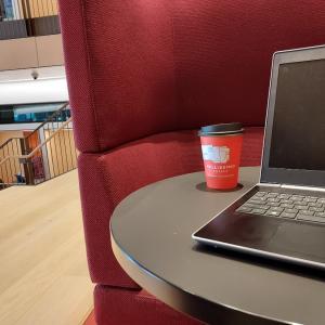 大学の図書館で勉強
