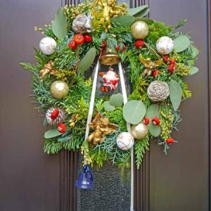 クリスマスリースを玄関ドアに
