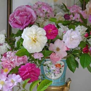 散り始めたバラを花器に活けて