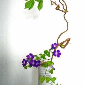 自由な曲線に小花を合わせて