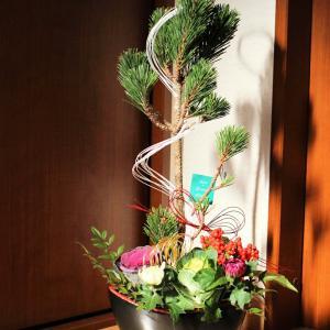 """お正月はアーティフィシャルも飾りますが、生花も必ず飾ります。""""生きとし生け..."""