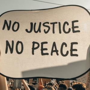 アダマ・トラオレ(黒人青年)の死に対する抗議デモ。