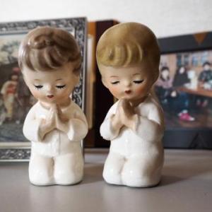 「祈る」小さなこどもの像