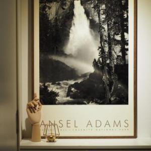 写真家アンセル・アダムスのあるリビング