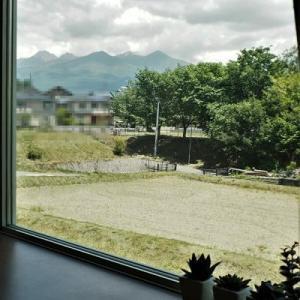 出窓をカウンターにして初夏の八ケ岳を愛でる