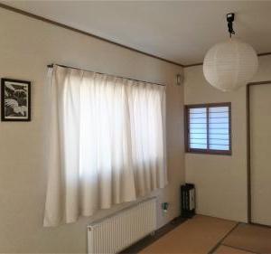 和室には額装した思い出の「かりゆしウェア」を飾って。