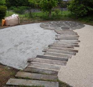 庭リフォームは進行中!芝の面積を半分にして化粧砂を入れました!