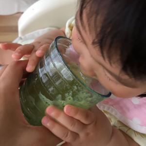 1歳の娘もグリーンスムージー飲んでいます。