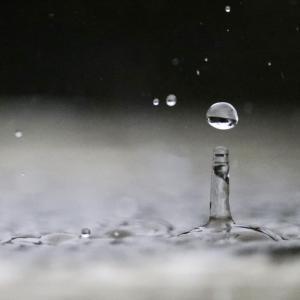 雨滴が着地するその瞬間