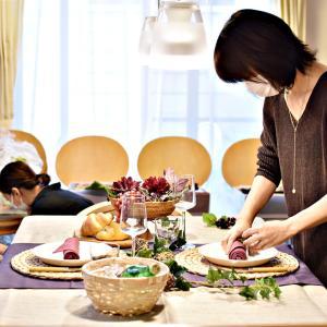 丸いランチョンマットを使う時、お皿はどこに置く?