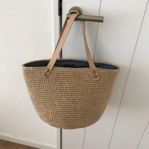 革紐持ち手の麻ひもバッグ。