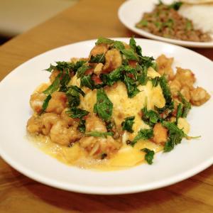 ガパオライスの有名店「ガパオ・クンポー」で食べた『カオカイコンガパオ・クン』