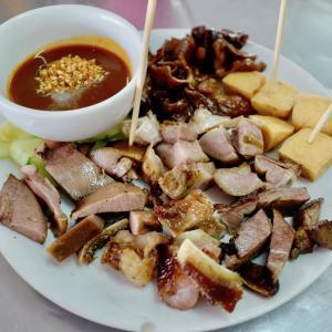 プーケット ババ・キュイジーヌを巡る旅(1) ローカル料理屋「楽天」で食べた『ローバ』