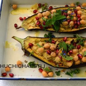 茄子ボートにひよこ豆とザクロと頂いた花束