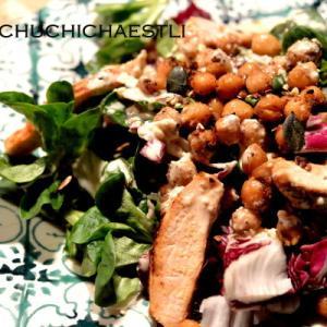 ローストひよこ豆をかけたチキンとグリーンサラダ