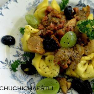 ポルチーニ茸とベーコンでラビオリ、ブドウを添えて・・。