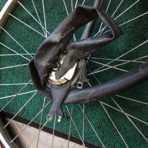 パンクしたら自転車に乗らずに押して自転車屋さんに