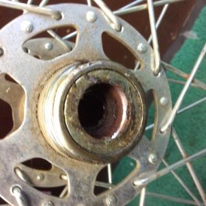 車輪からガラガラ音の一因
