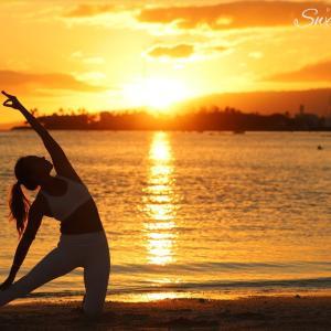 【ハワイサンセットフォト】アラモアナビーチの美しいサンセットを背景にヨガポーズのシルエット撮影
