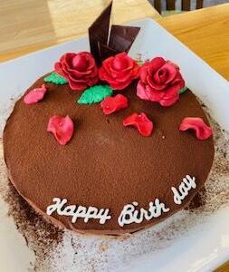 真っ赤なバラのケーキでお誕生日おめでとう