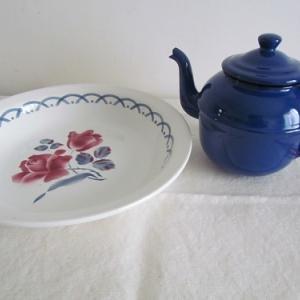 Ozoir-La-Ferrièreのブロカント・ホーローのティーポットとディゴワンの大皿