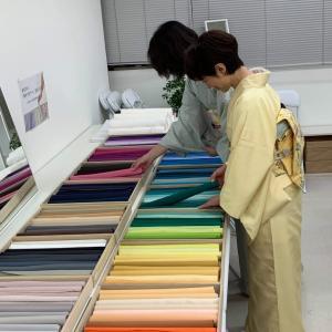 あなたの「華やぎカラー」を見つけよう!二百色から選ぶ紬色無地のお誂え会。1日目大盛況でした♪