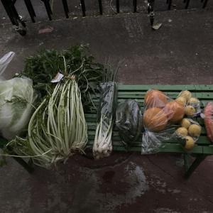 青空市で、コロナに負けずマスクして、野菜を買う