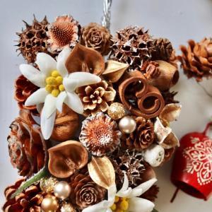オーストラリアの国花「エーデルワイス」とカウベルで制作しています。